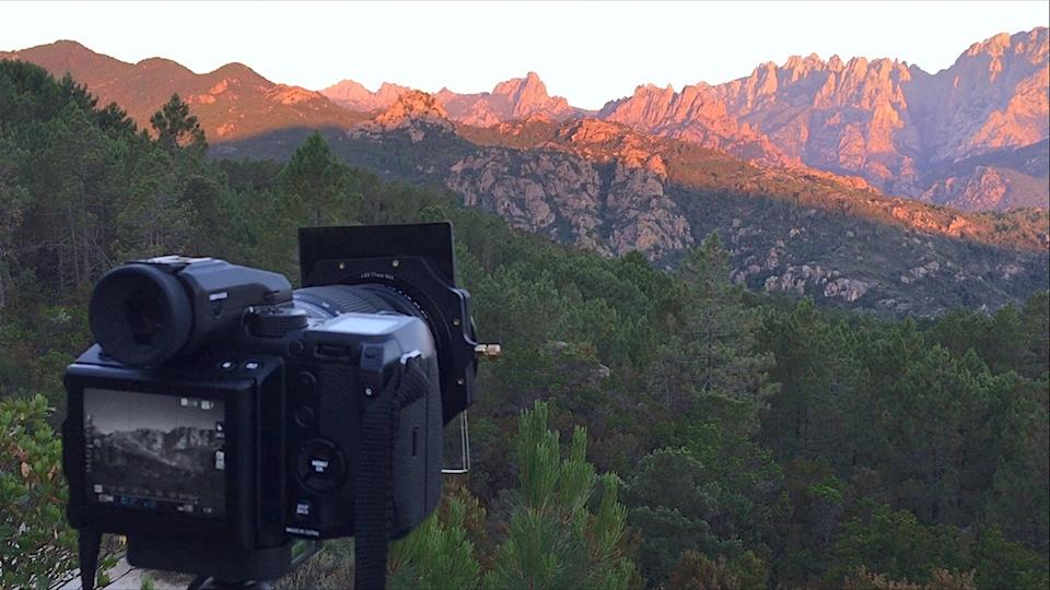 Fujifilm GFX 50s mit montiertem LEE 100mm Filtersystem. Blick auf das Bavella Gebirge in Korsika beim Sonnenaufgang.